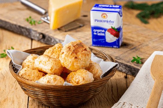 Que tal preparar um delicioso pão de queijo para o café? Aprenda essa receita fácil e prática, com os produtos Piracanjuba!