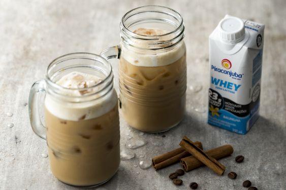 Nosso Iced Coffee reúne o melhor de dois mundos: a refrescância e energia de um bom café gelado  + o sabor inconfundível do nosso PiraWhey.  Vamos à receita!