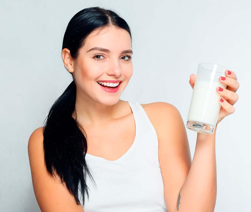 Dentre os benefícios do consumo de alimentos ricos em cálcio, como os lácteos, destaca-se o desenvolvimento e a manutenção óssea.