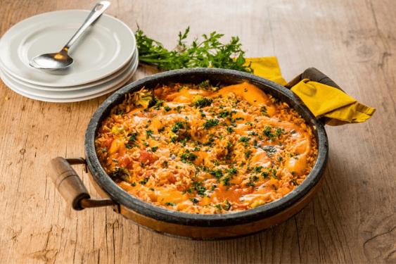 Que tal inovar ao preparar o tradicional arroz com frango? Acrescente a Mistura de Requeijão e Amido Cheddar Melt Piracanjuba e saboreie essa delícia!